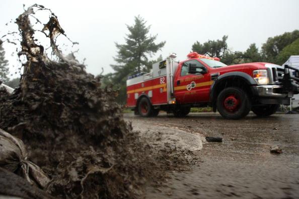 Сотни домов эвакуированы в Ла-Канада Флинтридже, вблизи гор Сан-Габриэль, где разразились селевые потоки. В прошлом году эта местность горела, пожарные предупредили, что не смогут предотвратить бедствие и настаивают на дальнейшей эвакуации. Ла-Канада Флин
