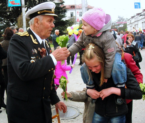 Жители города приветствуют ветеранов. Фото: Алла Лавриненко/The Epoch Times Украина