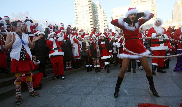 Центр Нью-Йорка был заполонен Санта-Клаусами со всего мира. Там прошел фестиваль «СантаКон» (SantaCon), в котором приняли участие сотни жителей и гостей города, переодетых в костюмы Санты. Фото: Tama/Getty Images