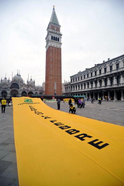 Активисты по борьбе с загрязнением окружающей среды держат плакаты с надписью «Остановить глобальное потепление» во время демонстрации на площади Сан-Марко (Piazza San Marco) в Венеции, Италия. Фото: ANDREA PATTARO/AFP/Getty Images