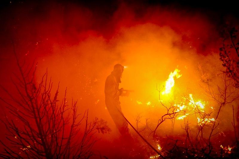 Мадрид, Испания, 11 августа. Доброволец тушит лесной пожар неподалёку от столицы. Фото: PEDRO ARMESTRE/AFP/GettyImages