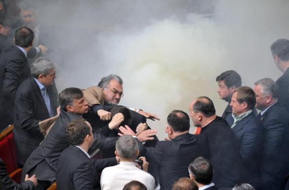 Яичный дождь и дымовая завеса не помешали Верховной Раде ратифицировать договор о Черноморском флоте.Фото: SERGEI SUPINSKY/AFP/Getty Images