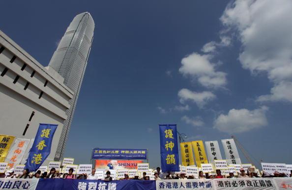 Сторонники Фалуньгун,которых репрессирует режим в КНР, протестуют против сотрудничества гонконгских властей с китайской компартией. Фото: Ed Jones/AFP/Getty Images