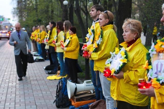 Последователи Фалунь Дафа в Киеве провели акцию у китайского посольства, чтобы осудить репрессии. Фото: Владимир Бородин/Великая Эпоха