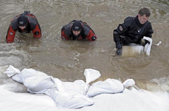 Проливные дожди затапливают города и селения на юге Польши. Фото: JANEK SKARZYNSKI/AFP/Getty Images
