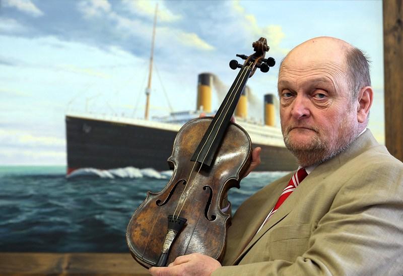 Девайзс, Англия, 15 апреля. Аукционный дом «Henry Aldridge & son» выставил на обозрение посетителей скрипку руководителя оркестра на «Титанике» Уоллеса Хартли. Будет скрипка продана или нет, пока не известно. Фото: Matt Cardy/Getty Images