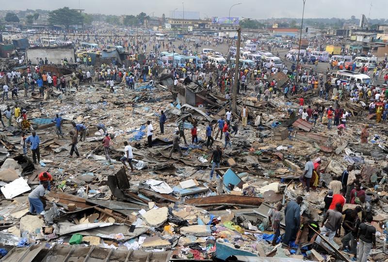 Абиджан, Кот-д'Ивуар, 16 октября. Разгромленный рынок после жестокого столкновения уличных торговцев и полиции, пытавшейся навести порядок на рынке и прилегающих улицах. Фото: SIA KAMBOU/AFP/Getty Images