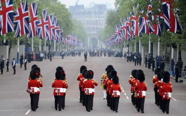 Сегодня 29 апреля в Лондоне внук королевы Великобритании принц Уильям женится на Кейт Миддлтон. Свадебная церемония состоится в Вестминстерском аббатстве. Вся страна празднует это знаменательное событие, и сегодняшний день официально объявлен выходным по