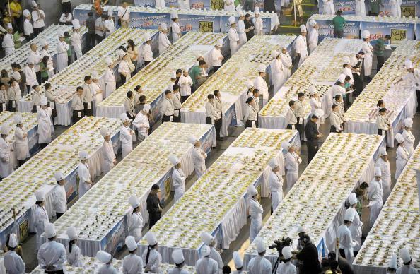 Филиппинцы намереваются установить мировой рекорд, приготовив около 5 тысяч блюд из сыра. Фото: JAY DIRECTO/AFP/Getty Images