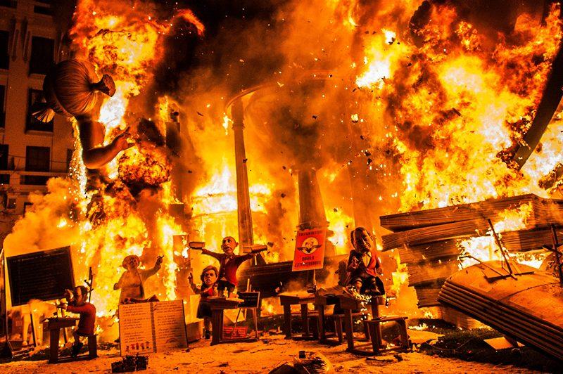 Валенсия, Испания, 20 марта. Старые вещи и огромные куклы сжигаются на празднике Фальяс (фестивале огня), символизирующем завершение зимы и увеличение светового дня. Фото: David Ramos/Getty Images
