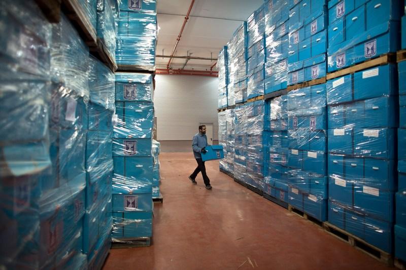 Шохам, Израиль, 8 января. Рабочий подготавливает избирательные урны к предстоящим парламентским выборам в стране. Фото: Uriel Sinai/Getty Images