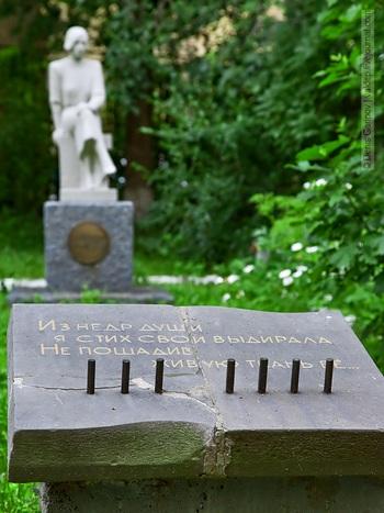 Памятник поэтессе Ольге Бергольц. Памятник находился во дворе Колледжа на Гороховой улице, в настоящей момент находится на реставрации. Фоторепортаж. Фото с сайта valdep.livejournal.com