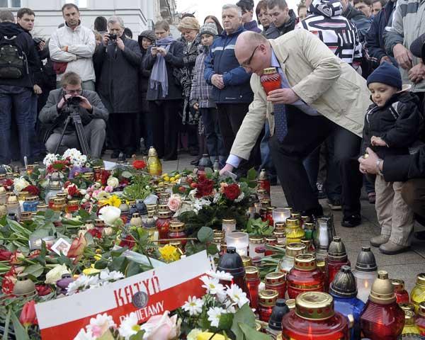 Лех Качиньский погиб. Польша скорбит о погибших президенте и своих согражданах. Фото: JANEK SKARZYNSKI/AFP/Getty Images