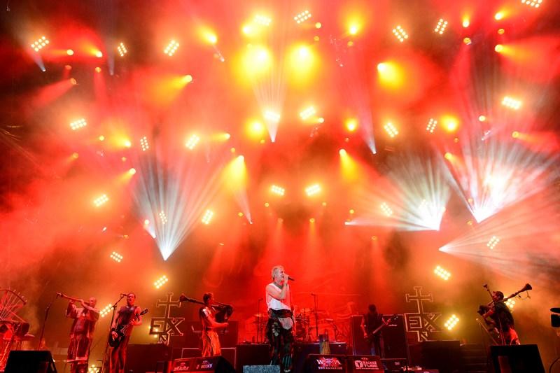 Вакен, Германия, 3 августа. Группа In Extremo выступает на фестивале тяжёлой музыки, собравшем около 75 тыс. фанатов «хэви метал». Фото: Patrick Lux/Getty Images