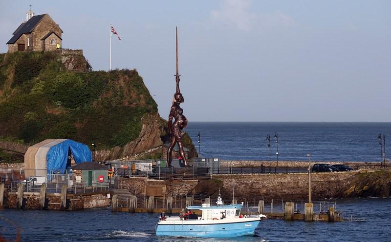 Илфракомб, Англия, 17 октября. На причале в гавани установлена 20-метровая бронзовая скульптура Дэмьена Хёрста «Истина». Фото: Matt Cardy/Getty Images