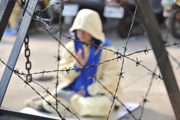 Последователи Фалуньгун мирно выражают протест против репрессий своих единомышленников в КНР. Город Тайчжун, Тайвань. 22 декабря 2009 год. Фото: SAM YEH/AFP/Getty Images