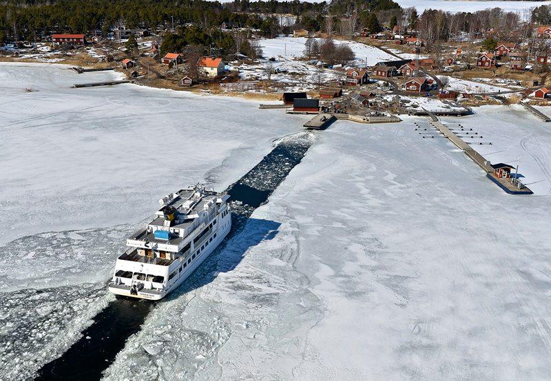 Остров Хусарё, Стокгольмский архипелаг, 5 апреля. Пассажирский корабль плывёт по каналу, прорубленному в толстом ледяном покрове Балтийского моря. Фото: ANDERS WIKLUND / SCANPIX/AFP/Getty Images
