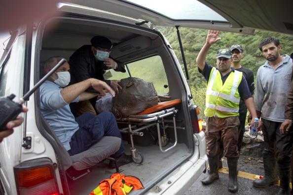 Пакистанские спасатели положили останки жертв авиакатастрофы в машину скорой помощи. Фото: BEHROUZ MEHRI/AFP/Getty Images