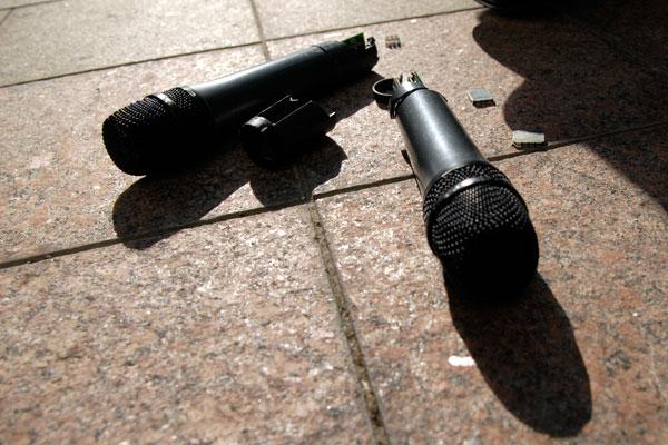 Перед Верховной Радой 11 сентября прошел чемпионат по метанию микрофонов среди депутатов. Фото: Владимир Бородин/The Epoch Times