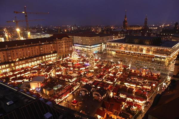 Городской рождественский рынок в Дрездене, Германия, озарен яркими огнями. Жители готовятся к предстоящим праздникам. Фото : Sean Gallup/Getty Images