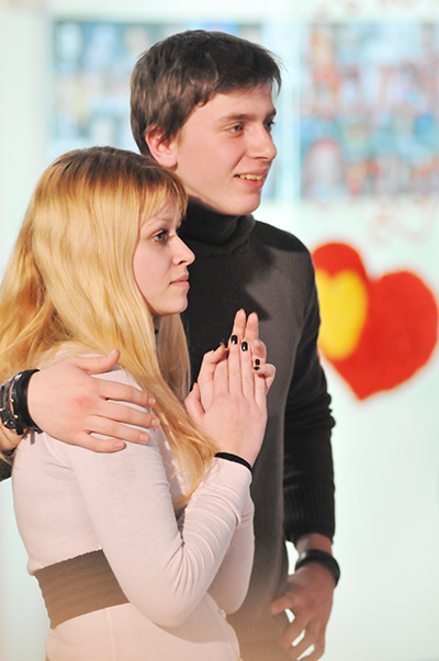 Молодая пара на шуточной свадьбе в День святого Валентина в Киеве 14 февраля 2011 года. Фото: Владимир Бородин/The Epoch Times
