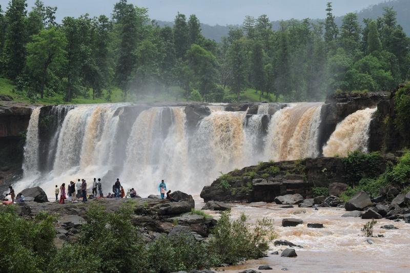 Сапутара, Индия, 3 августа. Туристы любуются водопадом Гира перед началом фестиваля, посвящённого муссонным дождям. Фото: SAM PANTHAKY/AFP/GettyImages