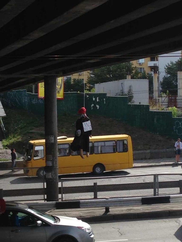 В Киеве вслед за милиционером «повесили» судью. Фото: Богдан Сергеевич/vk.com