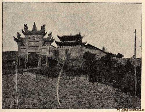 Таможенная застава возле реки Янцзы в 7 км от города Чунцина. Фото: Ernest Morrison