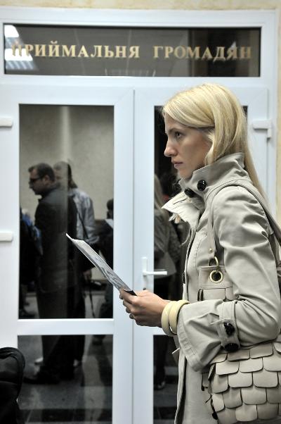 Участница акции в общественной приемной СБУ подает запрос. Фото: Владимир Бородин/The Epoch Times