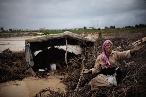 Палестинская бедуинка возле своей хижины, затопленной потоками проливных дождей в районе Вади Газа. Нусейрат, 20 января 2010 года. Фото Марко Лонгари/ AFP / Getty Images