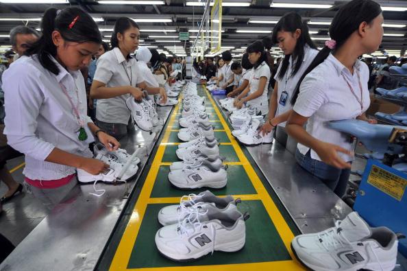 Обувная фабрика в Тангеранге. Министр торговли Индонезии заявил, что местная обувная промышленность готова конкурировать с Китаем. Индонезия. 27 января 2010 года. Фото Адека Берри /AFP / Getty Images