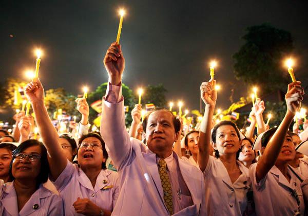 5 декабря королю Таиланда Пхумипхону Адульядету исполнилось 82 года. По этому поводу жители королевства оделись в розовые рубашки, вышли на улицы и зажгли миллионы свечей. Фото: Athit Perawongmetha/Getty Images