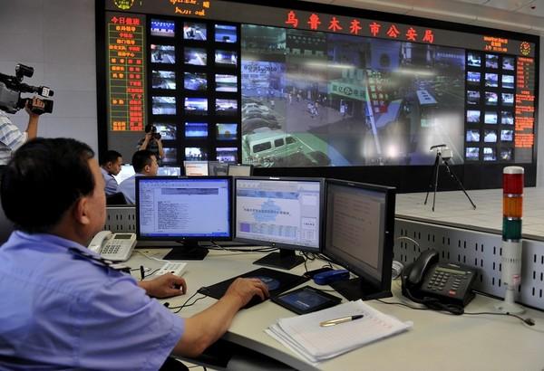 Полиция Урумчи ведёт круглосуточное наблюдения за всем городом через видеокамеры. Фото: AFP