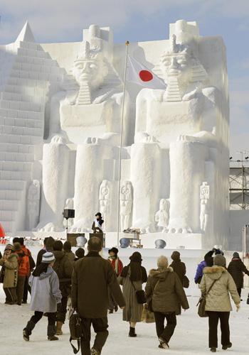 Размеры снежных скульптур могут достигать 25 метров в ширину и 15 метров в высоту. Фото: KAZUHIRO NOGI/AFP/Getty Images