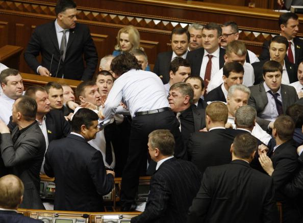Депутаты украинской оппозиции дерутся с депутатами правящего большинства в Верховной Раде Украины 19 марта 2013 года. Фото: AFP/Getty Images