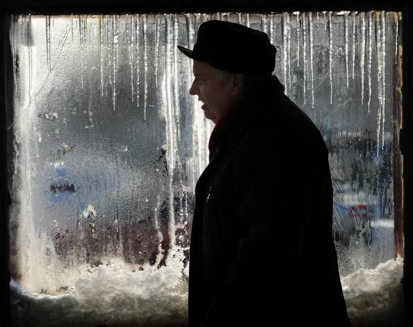 Мужчина выходит из метро в Бухаресте. На выходные дни в Румынии температура опустилась ниже -20 градусов по Цельсию. Фото Даниэля Михайлеску / AFP / Getty Image