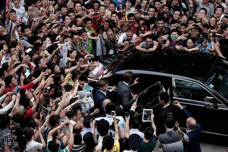 Шанхай, Китай, 20 июня. Фанаты «атакуют» Дэвида Бэкхема, покинувшего здание университета Тунцзи. Фото: Lintao Zhang/Getty Images