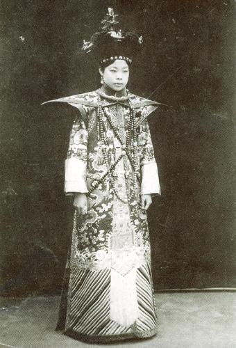 Жена Пу и императрица Вэнь Сю. Фото с secretchina.com