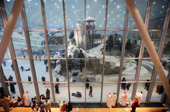 Посетител наслаждаются видом заснеженого Дубая. 3 декабря, Дубай, Объединенные Арабские Эмираты . Фото: Dan Kitwood / Getty Images