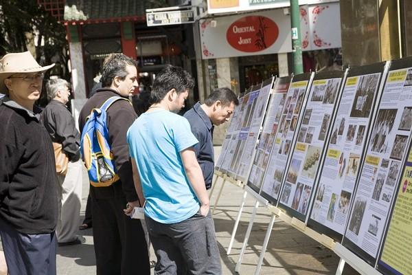 Прохожие рассматривают стенды, на которых представлена информация о преступлениях компартии. Сидней. 26 сентября 2009 год. Фото: Ан На/The Epoch Times