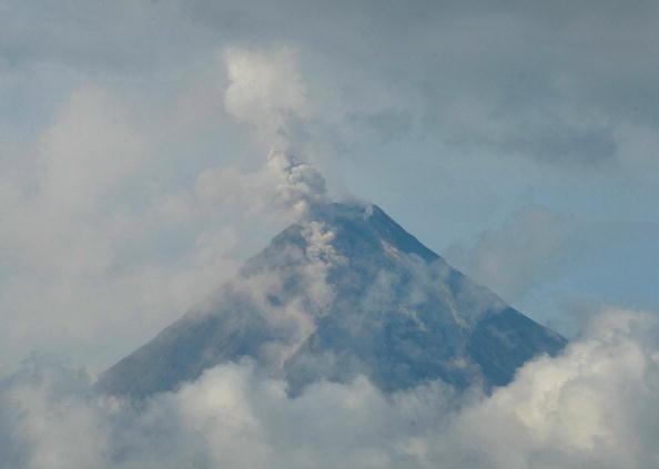 На Филиппинских островах началось извержение вулкана Майон. Фото: TED ALJIBE/AFP/Getty Images