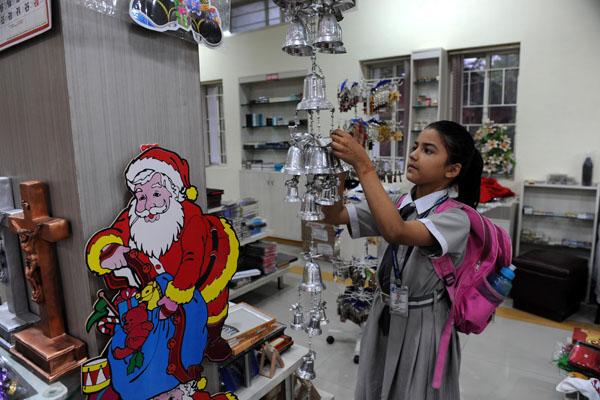 В Индии готовятся к рождеству. Фото: SAM PANTHAKY/AFP/Getty Images