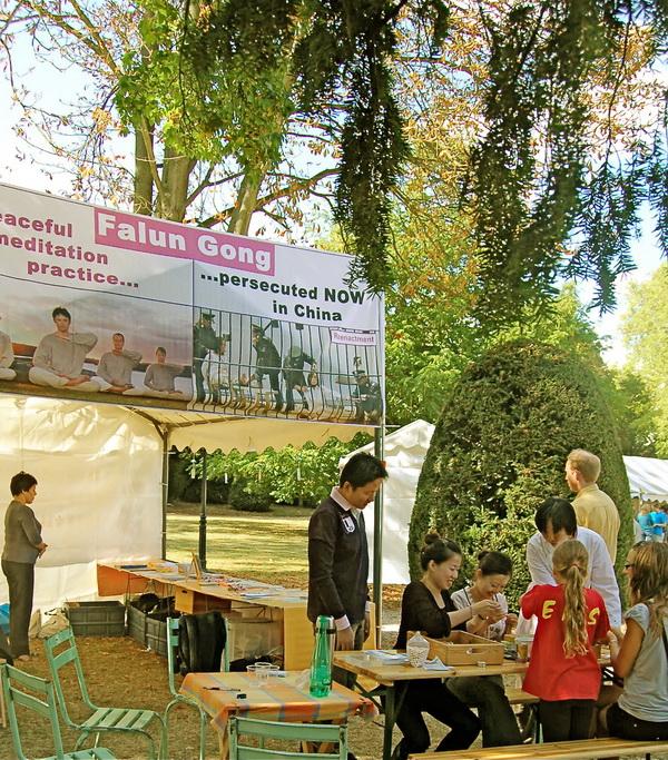Выставка ассоциации Фалунь Дафа. Фото HENRION NATALIA