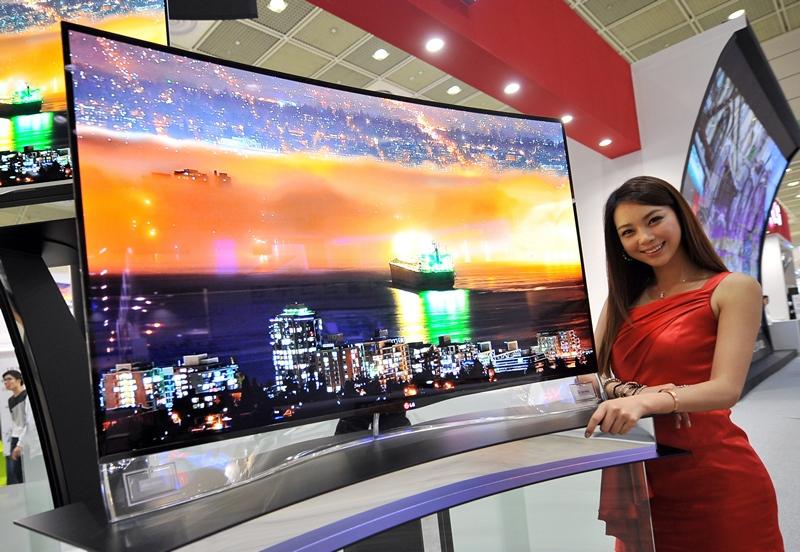 Сеул, Южная Корея, 21 мая. Компания «LG Electronics» представила первый в мире телевизор с изогнутым OLED-экраном. Фото: JUNG YEON-JE/AFP/Getty Images