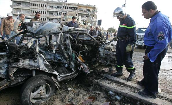 Иракские полицейские исследуют автомобиль, поврежденный взрывом бомбы самоубийцы около Министерства внутренних дел. В результате трех терактов за последние дни, направленных на иностранных журналистов и бизнесменов, убито около 36 человек. 26 января 2010,