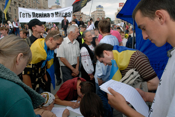 Сбор подписей за демонтаж памятника Ленина. Фото: Владимир Бородин/The Epoch Times