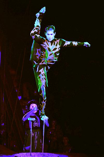 Артист Евгений Руденко демонстрирует гибкость своего тела в Киевском цирке 27 января 2011 года. Фото: Владимир Бородин/The Epoch Times Украина
