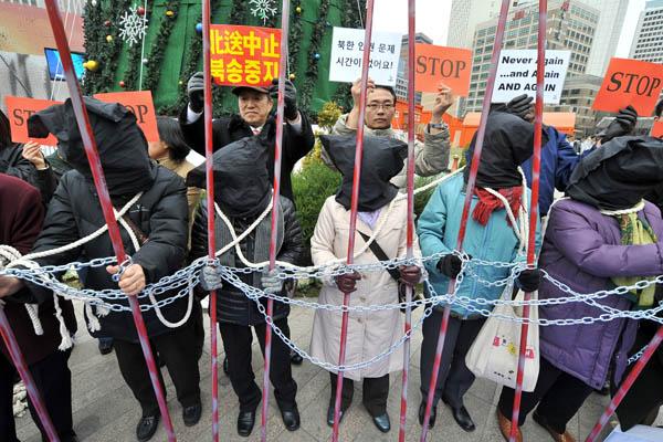 Активисты из Южной Кореи обвиняют коммунистический режим Китая в нарушении прав беженцев из Северной Кореи. Они призывают официальный Сеул не допустить депортации задержанных беженцев на китайской границе обратно на родину. Сеул, Южная Корея. Фото: JUNG Y