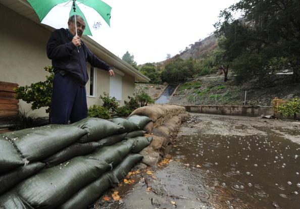 Из-за сильных дождей, вызвавших оползни в районе пригорода Лос-Анджелес, штат Луизиана, дому Гари Стибала был причинен ущерб на 20 000 $ США. Фото: MARK RALSTON/AFP/Getty Images