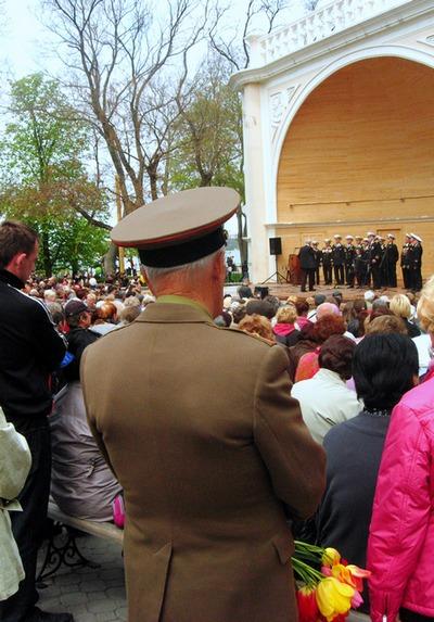 Жители города смотрят концерт. Фото: Алла Лавриненко/The Epoch Times Украина